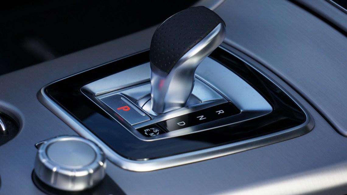 Peut-on conduire une voiture à boîte automatique avec un permis de boîte manuelle?