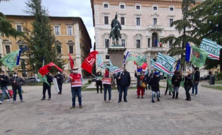 """I lavoratori agricoli protestano in piazza: """"Noi dimenticati in decreto Sussidi"""""""