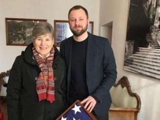 Militare salvato, bandiera americana a Magione Il dono di Michael Gately e della moglie Ali per ringraziare dell'accoglienza avuta durante la visita al Trasimeno