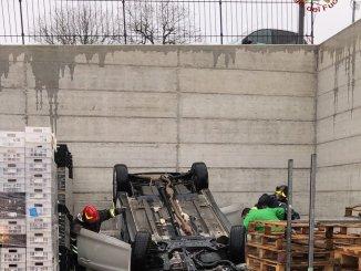 Incidente stradale a Magione, un volo di tre metri finisce dentro magazzino