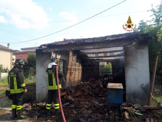 Incendio annesso agricolo a Moiano, tre squadre per vigili del fuoco impegnate