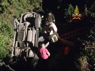 Incidente nella notte a Bacanella due feriti lievi auto capotta e finisce fuoristrada