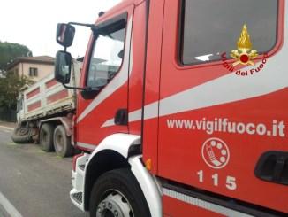 Camion rompe assale e perde le ruote, incidente a Strozzacapponi sulla Pievaiola illeso l'autista
