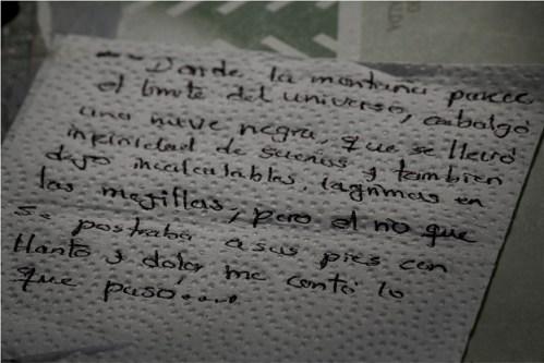 Maria-Isabel-escribe-en-servilletas