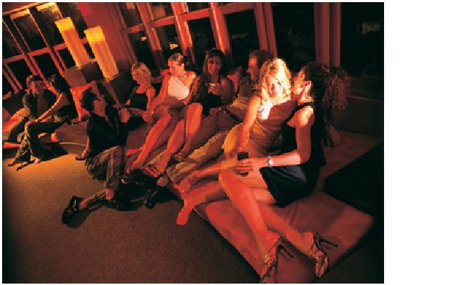 Ir a un club swinger significa poder tener sexo, besar, acariciar y observar a parejas desconocidas e incluso formar orgías. Foto tomada de http://mumbaiswingersclub.blogspot.com/