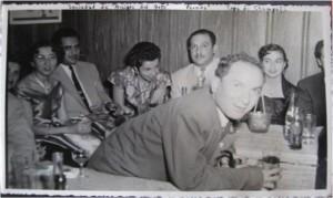 Algunos integrantes de la Sociedad de Amigos del Arte, durante una copa de champaña en 1957. Entre los presentes está Rubén Jaramillo en primer plano y las señoritas de atrás de izquierda a derecha son: Amanda Mejía de Nauffal, Dora Tangarife Castiblanco y Maruja Uribe de Botero. Archivo Dora Tangarife.