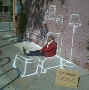 Foto fuente: http://www.zaresdeluniverso.com/wp-content/uploads/2013/04/Text-Them-Home.-Street-Art-Project-for-the-homeless.jpeg