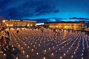 Homenaje a los diputados del Valle. Instalación 25.000 velas 2007 http://nodisparenalartista.wordpress.com/2012/09/08/doris-salcedo/#jp-carousel-484