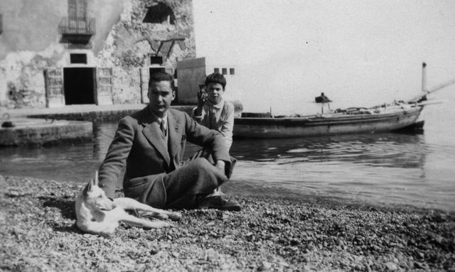 Malaparte junto con su perroFebo y el hijo de un pescador. Imagen tomada en la isla de Lipari durante su exilio en 1933. http://bookanista.com/wp-content/uploads/2013/11/Malaparte_640.jpg