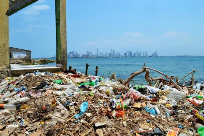 Algunas playas de la isla están atestadas de basura.