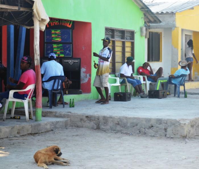 Es común ver parlantes afuera de las casas de los habitantes.
