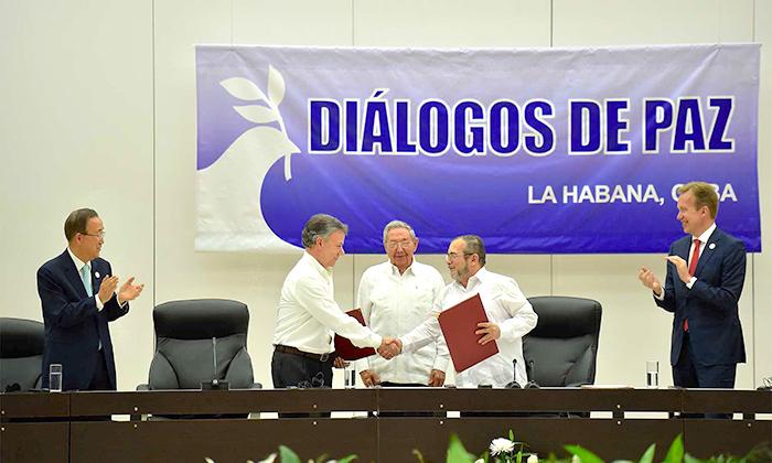 El Presidente de la República, Juan Manuel Santos Calderón, y Rodrigo Londoño Echeverri, jefe de las Farc, intercambian saludos luego de la suscripción del Acuerdo para el Cese al Fuego y de Hostilidades Bilateral y Definitivo y la Dejación de las Armas.