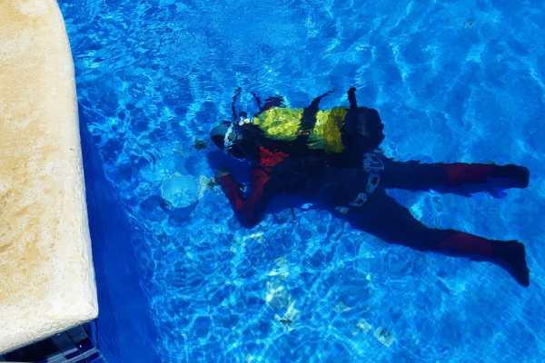 Buzos profesionales reparando piscina