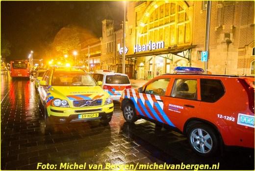 Haarlem - Een man is zondagavond gewond geraakt nadat hij was aangereden door een trein. Het incident gebeurde rond kwart over tien op spoor 3 van station Haarlem NS. Diverse hulpdiensten, waaronder een traumateam, zijn opgeroepen om hulp te bieden.  Het slachtoffer is na de eerste zorg zwaargewond naar het ziekenhuis overgebracht voor verdere behandeling. Het slachtoffer had onder meer zwaar beenletsel.  Volgens getuigen zou het slachtoffer zelf voor de trein zijn gesprongen. Het treinverkeer liep door het incident vertraging op.