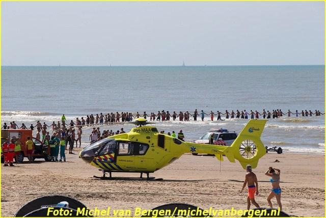 ZANDVOORT - Voor de kust van Zandvoort wordt gezocht naar een vermiste 20-jarige vrouw. Ze is het laatst gezien voor strandtent Zout. De hulpdiensten en de KNRM zijn massaal aanwezig en strandgasten helpen mee bij de zoektocht zoals op bovenstaande foto is te zien. Acht boten van KNRM Zandvoort en IJmuiden en enkele boten van de reddingsbrigade zijn uitgevaren. Een reddingshelikopter en een vliegtuig van de Kustwacht zoeken vanuit de lucht. Het zoekgebied op zee is verder uitgebreid, aldus de Kustwacht. De vrouw kwam rond 14.15 uur in de problemen. Twee zwemmers probeerden haar tevergeefs uit de zee te halen. Daarna werd alarm geslagen.