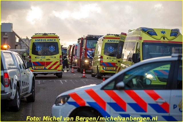 IJmuiden – Een automobilist is donderdagochtend overleden na een verkeersongeval bij de sluizen in IJmuiden. Het slachtoffer reed rond half achter over de Noordersluisweg toen deze door nog onbekende oorzaak van de weg raakte en in het water terecht kwam. Diverse hulpdiensten, waaronder het traumateam uit Amsterdam, kwamen met spoed ter plaatse om hulp te bieden. Duikers gingen het water in. Het slachtoffer is uit het voertuig gehaald en langdurig gereanimeerd. Ondanks de inspanningen van de hulpdiensten is het slachtoffer ter plaatse overleden. De verkeersongevallenanalyse (VOA) van de politie is een onderzoek gestart naar de toedracht van het ongeval. De weg voor het verkeer over de sluizen is door het ongeval gestremd voor verkeer.