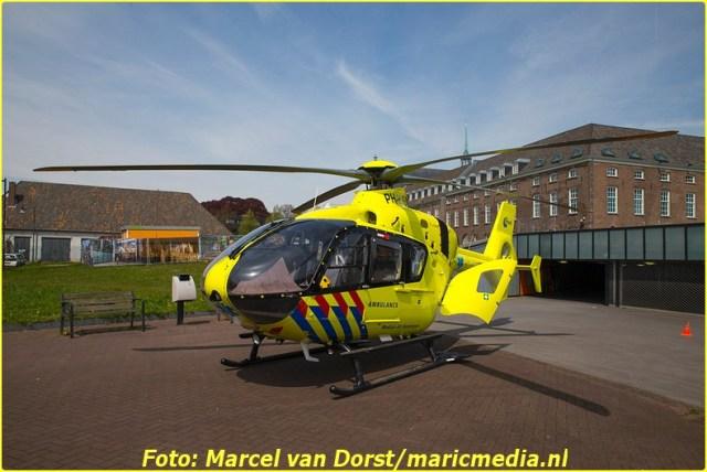 Een traumahelikopter landde achter het veld naast het casino. Foto: Marcel van Dorst - MaRicMedia