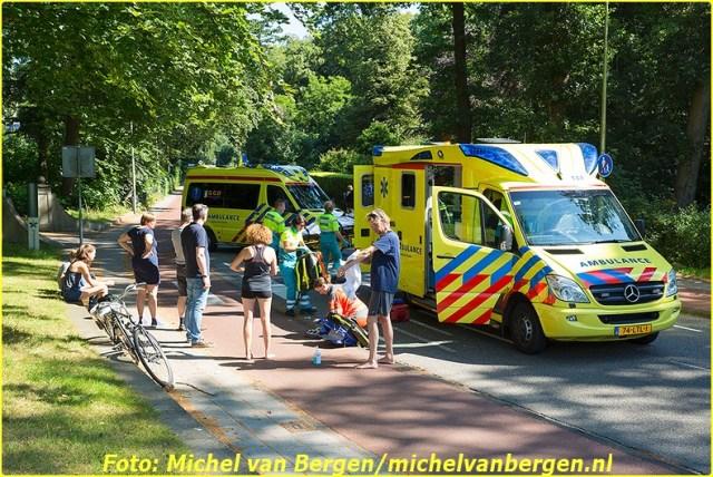 Bloemendaal – Een fietser is dinsdagochtend ernstig gewond geraakt bij een valpartij in Bloemendaal. De man kwam rond half elf lelijk ten val op de Bloemendaalseweg ter hoogte van het gemeentehuis. Omstanders boden direct eerste hulp in afwachting op de twee gealarmeerde ambulances en het traumateam uit Amsterdam. Het slachtoffer is vervolgens door ambulancepersoneel gestabiliseerd waarna hij met spoed naar het ziekenhuis is overgebracht voor verdere behandeling. De fiets van het slachtoffer is tijdelijk bij het gemeentehuis gezet. Vanwege de hulpverlening was de Bloemendaalseweg helemaal afgesloten voor verkeer. Het is nog onduidelijk waardoor de man ten val is gekomen.