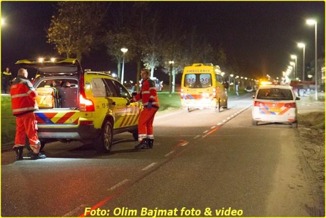 AMSTERDAM - Een voorbijganger heeft vannacht een man uit het water geredt op de Bert Haanstrakade op IJburg in Amsterdam. De hulpdiensten, waaronder ook een traumateam, werden omstreeks 01:50 uur gealarmeerd. Zowel het slachtoffer als de redder zijn beiden per ambulance overgebracht naar het ziekenhuis. Hoe het slachtoffer te water is geraakt is onbekend. COPYRIGHT OLIM BAJMAT