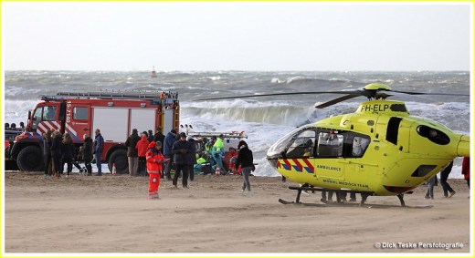 26-12-016. Scheveningen. Ongeval met kitesurfer op strand Scheveningen op Tweede Kerstdag. De kiter is al reanimerend door de hulpdiensten naar de boulevard gebracht en overgeladen in een ambulance om naar een ziekenhuis te worden vervoerd, er kwam ook een traumahelikopter ter plaatse. Foto Dick Teske