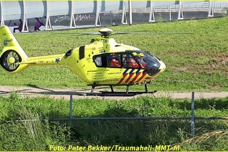 Lifeliner2 landt bij Terbregseplein Rotterdam
