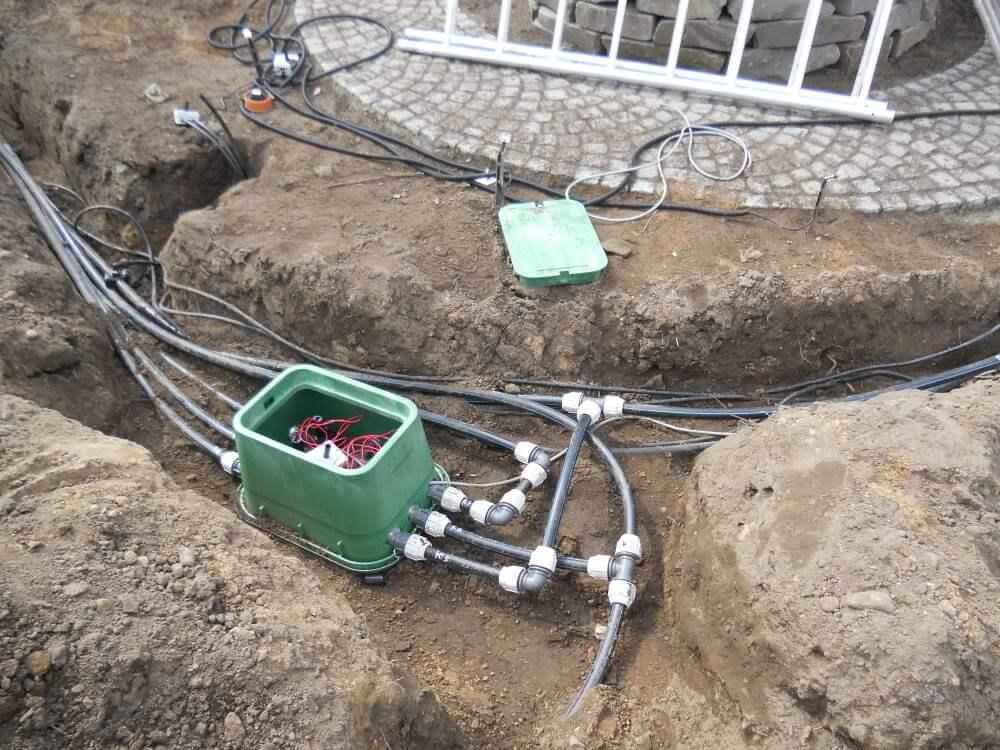 Als nächstes erfolgte die Montage der computergesteuerten Bewässerungsanlage mit insgesamt 6 Kreisläufen