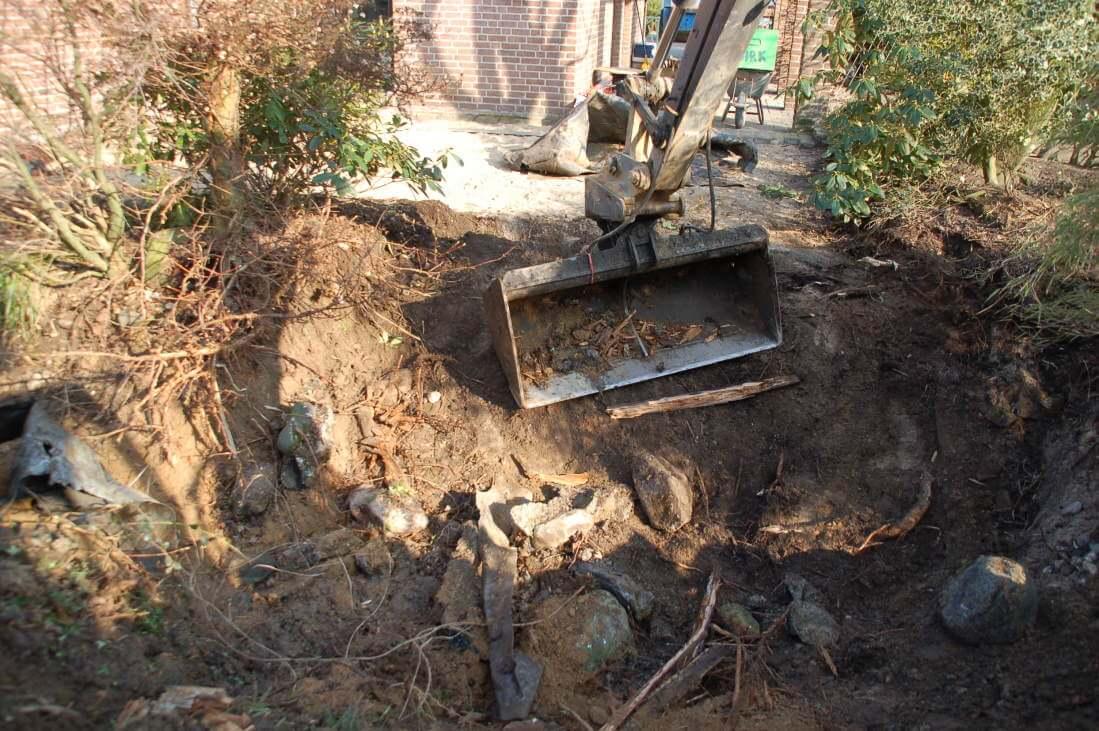 Alte Fundamente und ein Sickerschacht der im Bereich des neuen Teiches liegt werden entfernt