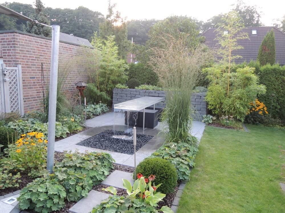 Kleiner Garten mit Wassertisch 1 Jahr nach der Fertigstellung