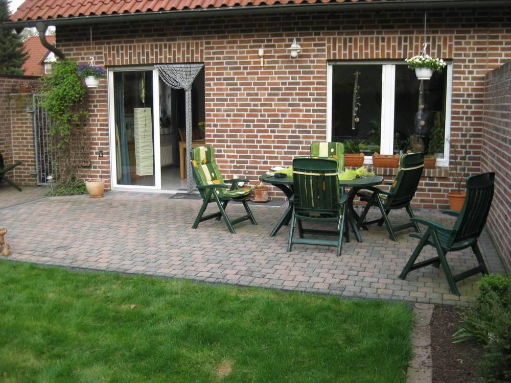 Kleiner Garten vor der Umgestaltung hier Terrasse