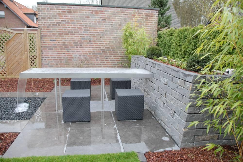 kleiner Garten mit Wassertisch