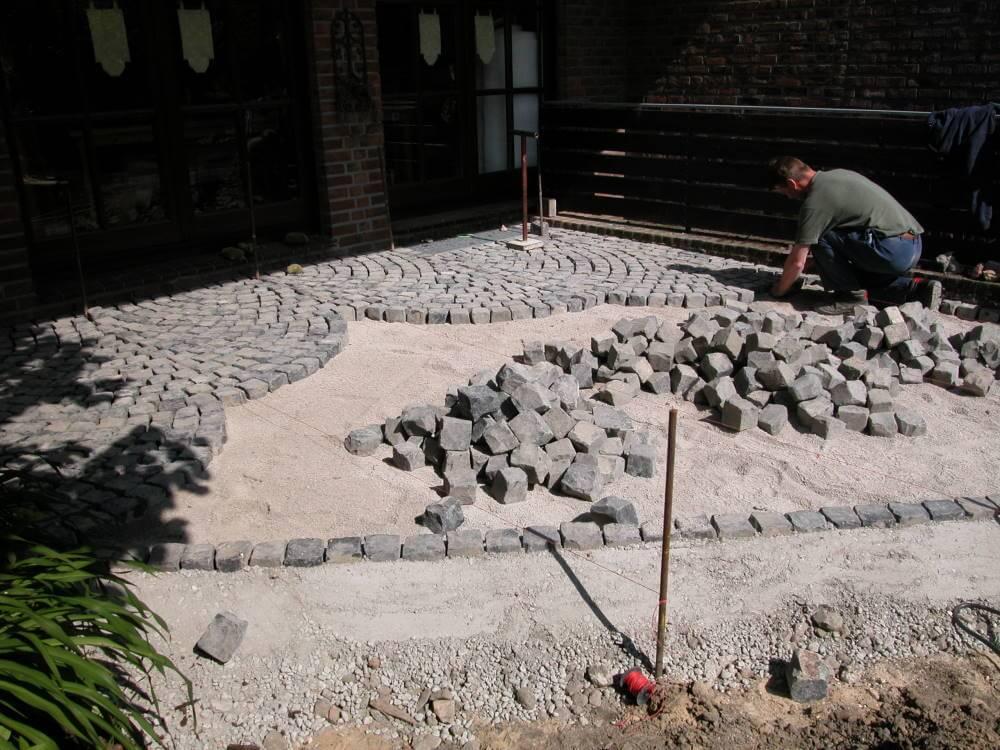 Basalt Natursteinpflaster 7/9 cm in Schuppen verlegt