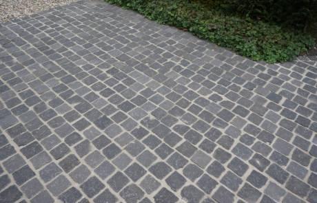 Basalt Natursteinpflaster im Reihenverband