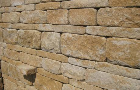 Betonsteinmauer aus Santuro Mauersteinen