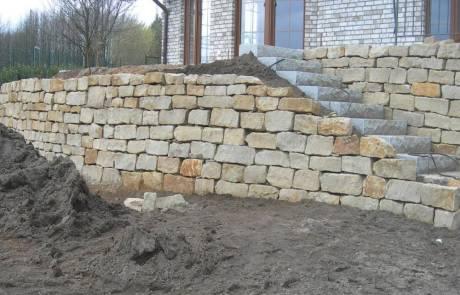 Bruchsteinmauer mit Treppenaufgang im Garten