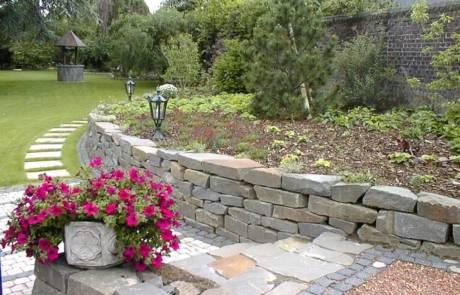 Bruchsteinmauer aus Grauwacke Mauersteinen