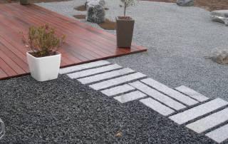 Granit Leistensteine als Wegefläche in Splittbeeten