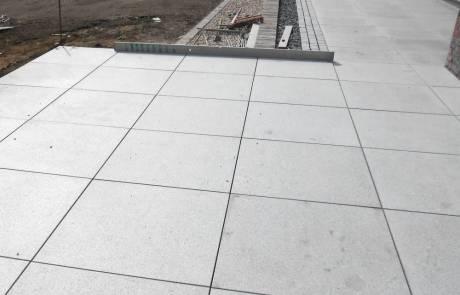 Großformatige Natursteinplatten aus dunkelgrauem Granit