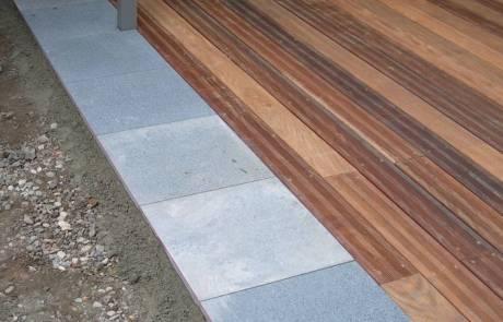 Holzterrasse aus Tali Hartholz mit Granitplatten kombiniert
