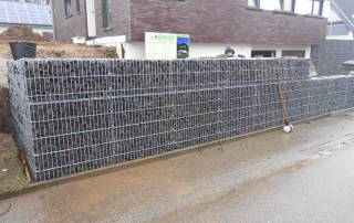 Montage einer Mauer aus Gabionen