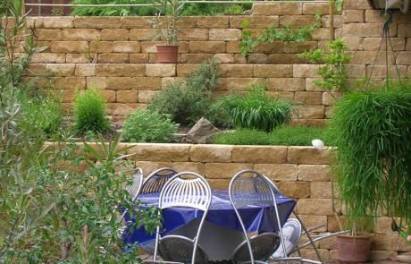 Gartenmauer aus Santuro Betonstein in Terrassenform