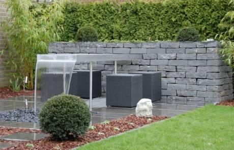 Natursteinmauer mit Wassertisch