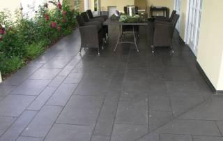 Terrasse aus Basaltlavaplatten mit diversen Größen