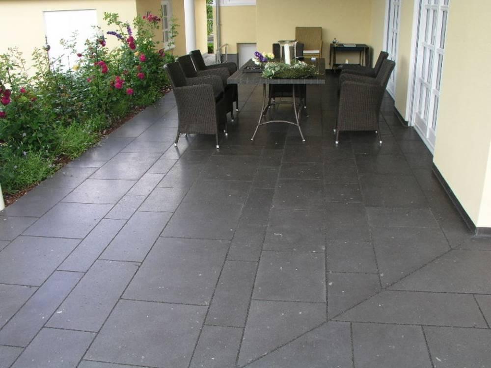 terrasse aus gneis naturstein traumgarten. Black Bedroom Furniture Sets. Home Design Ideas