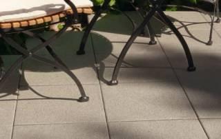 Sitzplatz im Garten aus großformatiges Betonsteinpflaster
