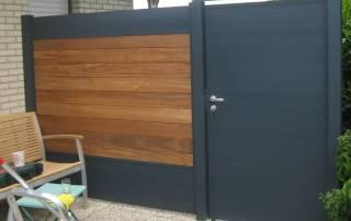 Sichtschutzzaun aus Hartholz mit Aluminium