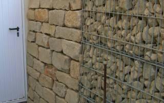Gabionen kombiniert mit einer Natursteinmauer aus mesenicher Kalkstein