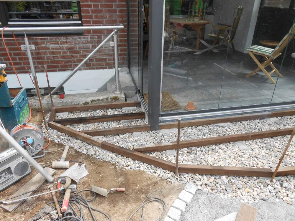 Die kleine Terrasse aus Thermoholz-Esche wird erstellt