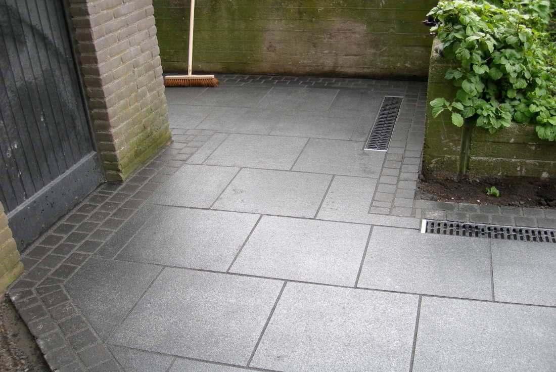 Terrasse aus Natursteinplatten