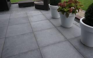 Terrasse aus großformatigen dunkelgrauen Granitplatten