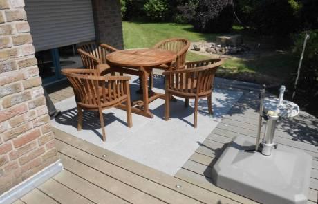 Kleine Terrasse aus WPC und Granitplatten kombiniert